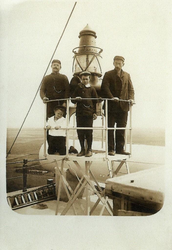 Vuurtorenwachters en de Boeilantaarn die van 1912 - 1024 op de kerktoren heeft gestaan.