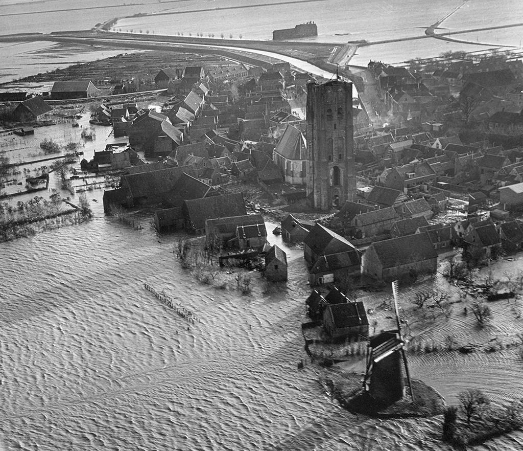Goedereede vlak na de watersnood van 1953. Het lichtwachtersverblijf is inmiddels van de toren verdwenen.