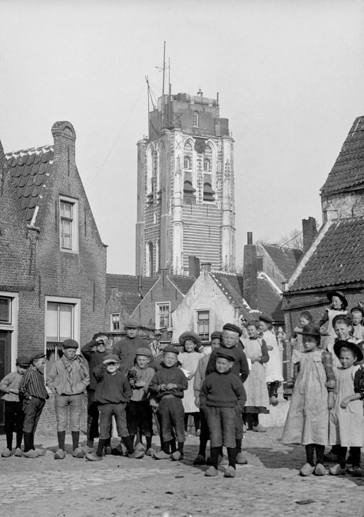 De kerktoren in 1912 met hulp groepbliksemlicht.